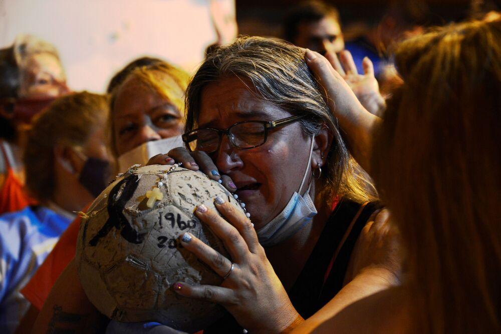 المشجعون يودعون كرة القدم الأرجنتيني دييغو مارادونا، بوينس ايروس، الأرجنتين 25 نوفمبر 2020
