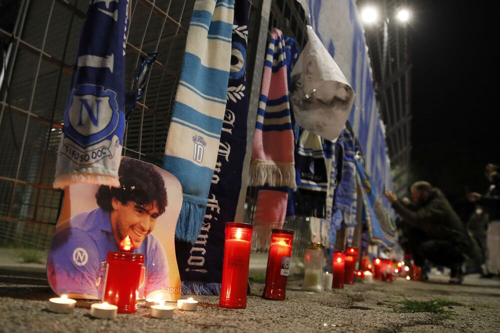 المشجعون يودعون كرة القدم الأرجنتيني دييغو مارادونا، نابولي، إيطاليا 25 نوفمبر 2020