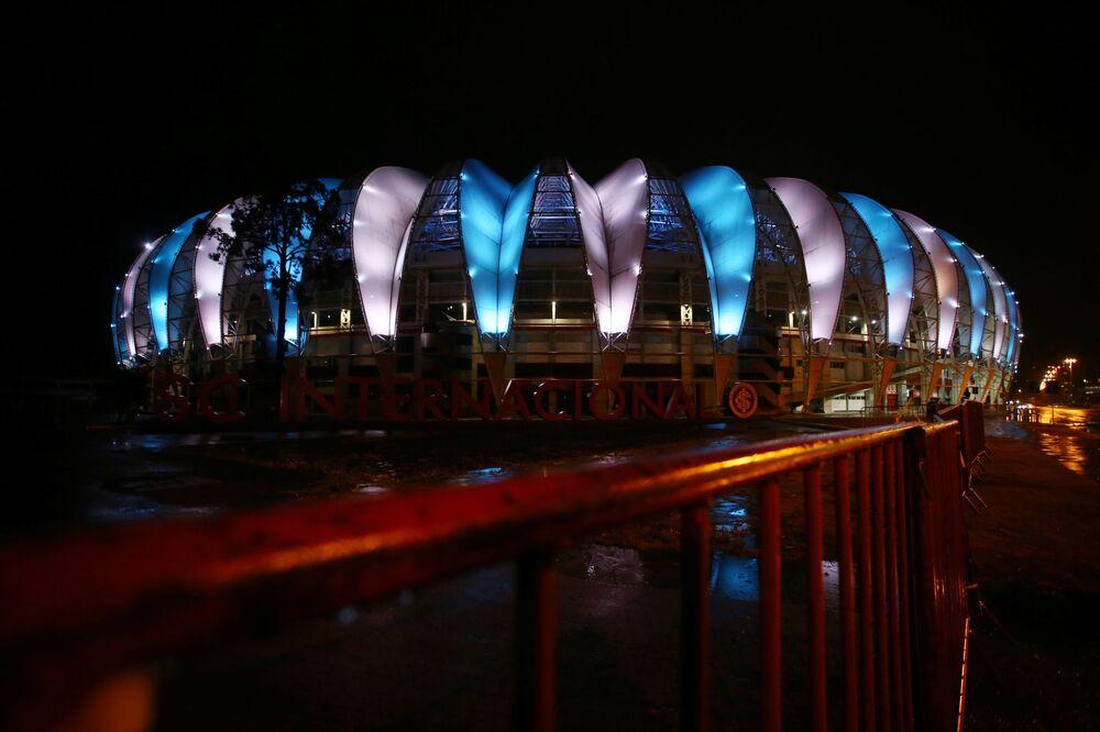 إضاءة ملعب بيرا ريو  بألوان علم الأرجنتين لرحيل لاعب كرة القدم الأرجنتيني دييغو مارادونا، بورتو أليغيري، البرازيل 25 نوفمبر 2020