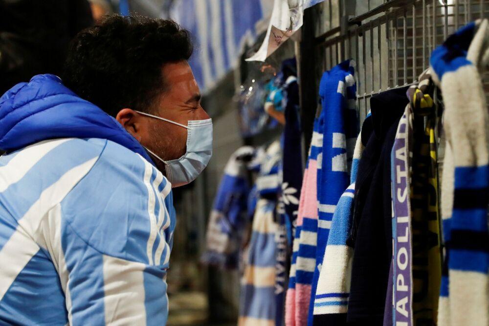 مشجعون يبكون على وفاة لاعب كرة القدم الأرجنتيني دييغو مارادونا، نابولي، إيطاليا 25 نوفمبر 2020