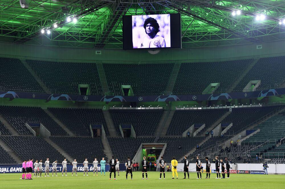 دقيقة صمت على وفاة لاعب كرة القدم الأرجنتيني دييغو مارادونا، قبل بدء مباراة دوري أبطال أوروبا (المجموعة B) في ملعب بوروسيا بارك، ألمانيا 25 نوفمبر 2020