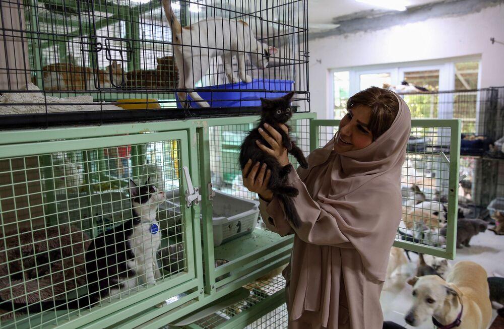 العُمانية مريم البلوشي تطعم حيواناتها الأليفة في منزلها في مسقط، سلطنة عُمان 20 نوفمبر 2020
