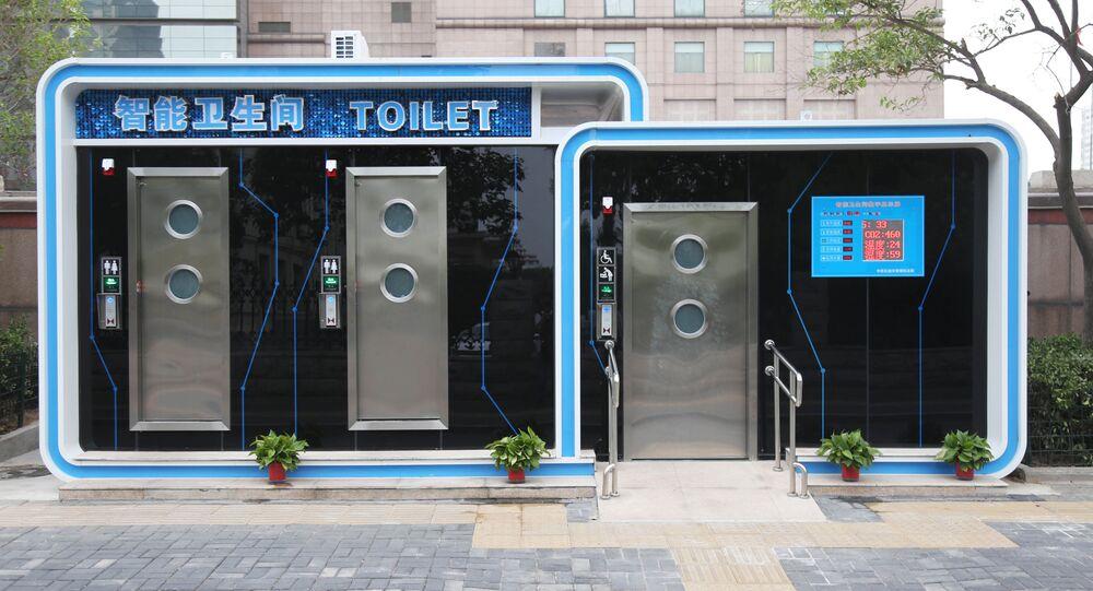 مرحاض عام في تشنغتشو بالمقاطعة المركزية للصين هنان، ويوجد في المرحاض نظام للتنظيف الآلي الذي يعقم تلقائيا مقعد المرحاض قبل كل استخدام ويوفر آلة غسل عالية الضغط بعد كل خمسة مستعملين.