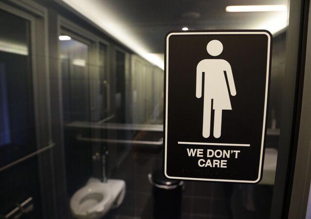 المرحاض لأي نوع من الجنس في مدينة دورهام بولاية كارولاينا الشمالية الأمريكية. وقد وضع الفنان بيريغرين هونيغ هذه العلامة نحن لا نهتم، بناء على طلب منظمة حماية حقوق المتحولين جنسيا.
