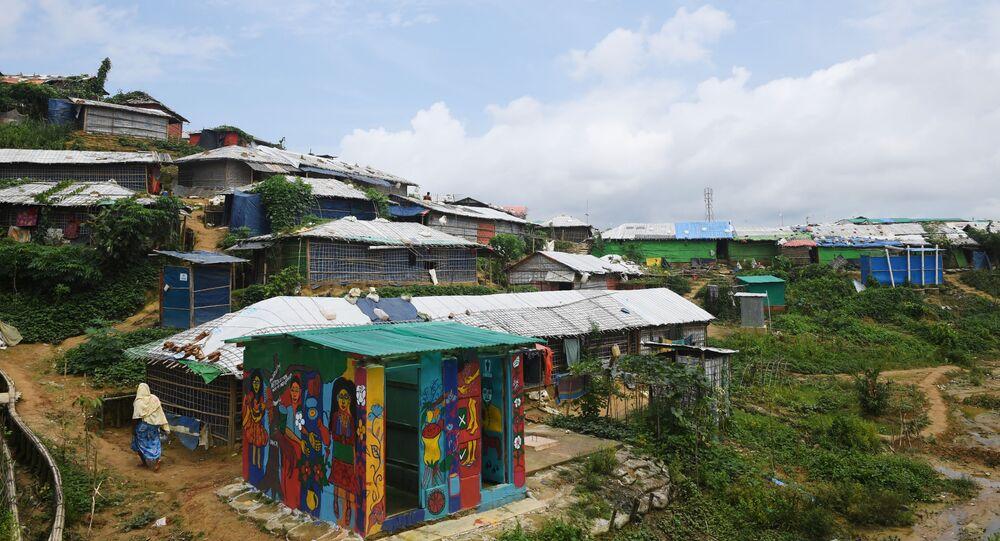 حمام عام في أكبر مخيم للاجئين من مسلمي الروهينغا، القادمين من ميانمار، في مدينة كوكس-بازار في بنغلاديش