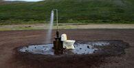دورة مياه في الهواء الطلق وحمام ساخن يقع على الينابيع الحارة بالقرب من مدنية ريكيخليد وبحيرة ميفاتن في آيسلندا