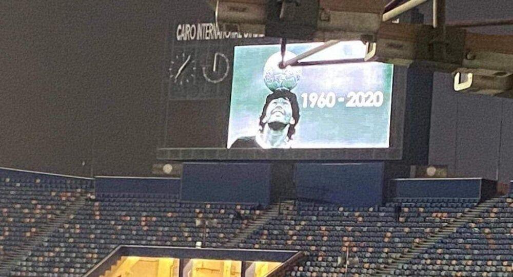 صورة اللاعب الأرجنتيني الراحل، دييغو مارادونا، تزين شاشة استاد القاهرة الدولي، قبل انطلاق مباراة نهائي دوري أبطال أفريقيا بين فريقي الأهلي والزمالك، 27 نوفمبر/ تشرين الثاني 2020