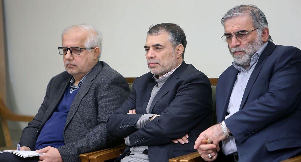 على يمين الصورة - محسن فخري زاده، العالم النووي الإيراني الراحل