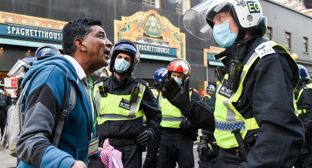 احتجاجات واعتقالات في مظاهرات ضد القيود التي فرضتها السلطات البريطانية بسبب فيروس كورونا في لندن، إنجلترا 28-29 نوفمبر 2020