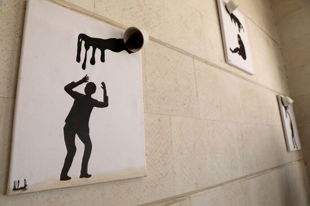 الفنانة اليمنية أحلام ناصر ترسم ببن القهوة في منزلها بمدينة صنعاء، اليمن 23 نوفمبر 2020