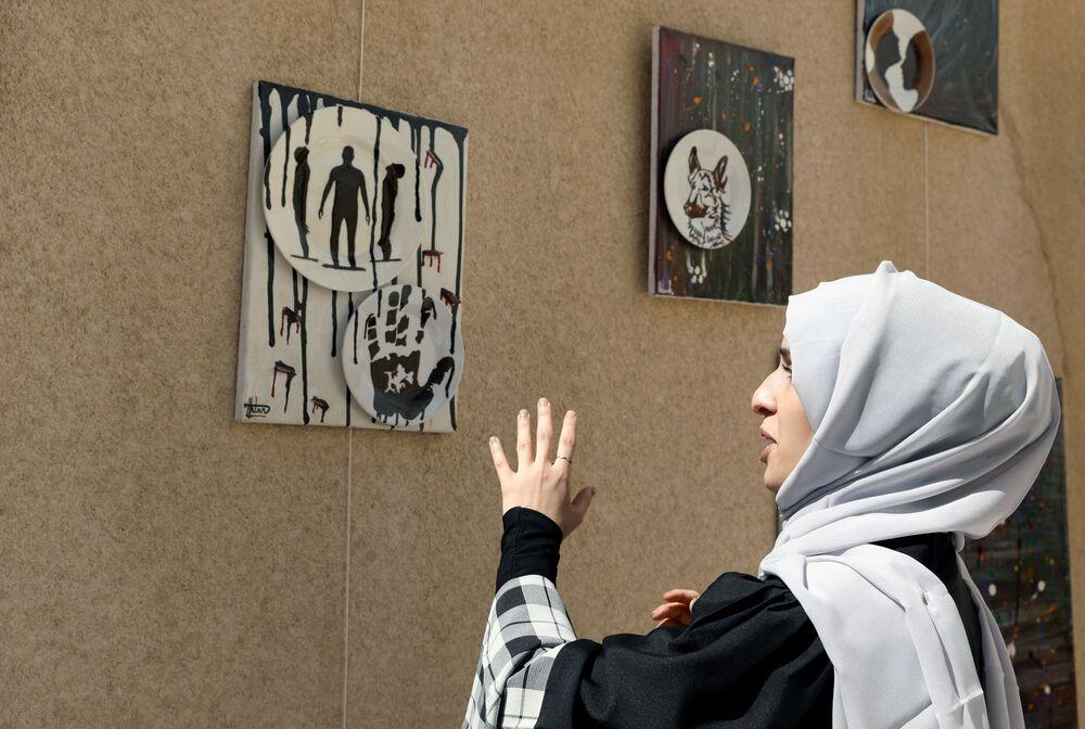 الفنانة اليمنية أحلام ناصر وأعمالهاالفنية في منزلها بمدينة صنعاء، اليمن 23 نوفمبر 2020