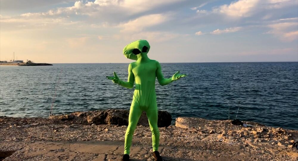 مخلوق فضائي يظهرفي شوارع بيروت