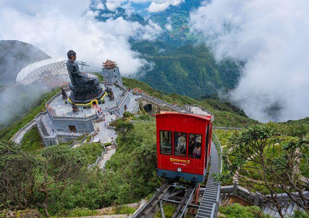 موقع قمة جبل فانسيبان أعلى وجهة سفر تقع في الهند الصينية على سلسلة جبال سابا هوانغ لين سون، في لاو كاي، فيتنام، يفوز بلقب منطقة الجذب السياحي للمناظر الطبيعية الرائدة في العالم لعام 2020