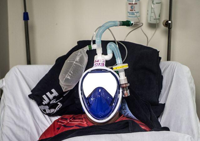 مريض بفيروس كورونا المستجد موضوع على جهاز التنفس الصناعي