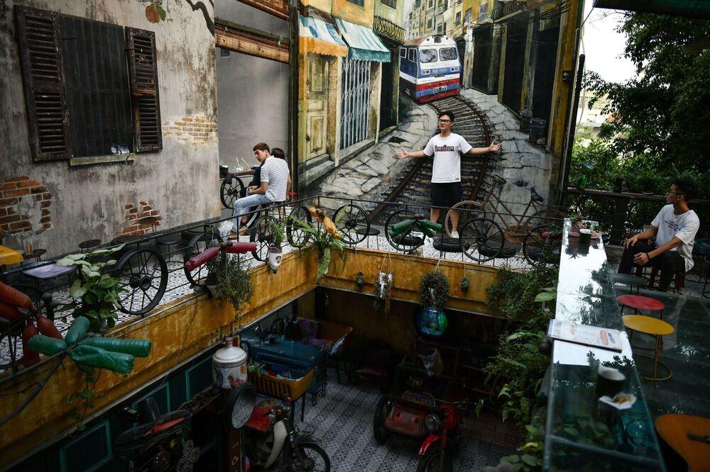 زائر يلتقط صورة على خلفية مقهى جيم كوفي في هانوي، فيتنام 25 نوفمبر 2020