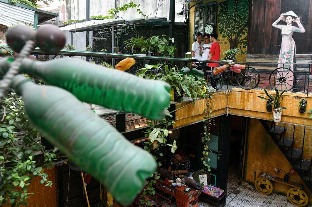 زوار في مقهى هايدن جيم كوفي في هانوي، فيتنام 25 نوفمبر 2020