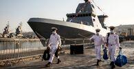 بحارة إسرائيليون يسيرون على الرصيف بالقرب من سفينة ساعر-6 من طراز كورفيت، خلال مراسم حضرها الرئيس الإسرائيلي رؤوفين ريفلين ورئيس الأركان الإسرائيلي أفيف كوخافي، بمناسبة وصولها، إلى القاعدة البحرية الإسرائيلية في حيفا، شمال إسرائيل، 2 ديسمبر 2020.