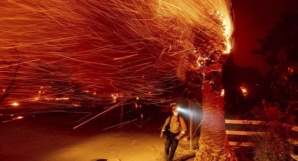 إجلاء طارئ للمواطنين واسع النطاق بسبب الحرائق الهائلة في ولاية كاليفورنيا، الولايات المتحدة، 3 ديسمبر 2020