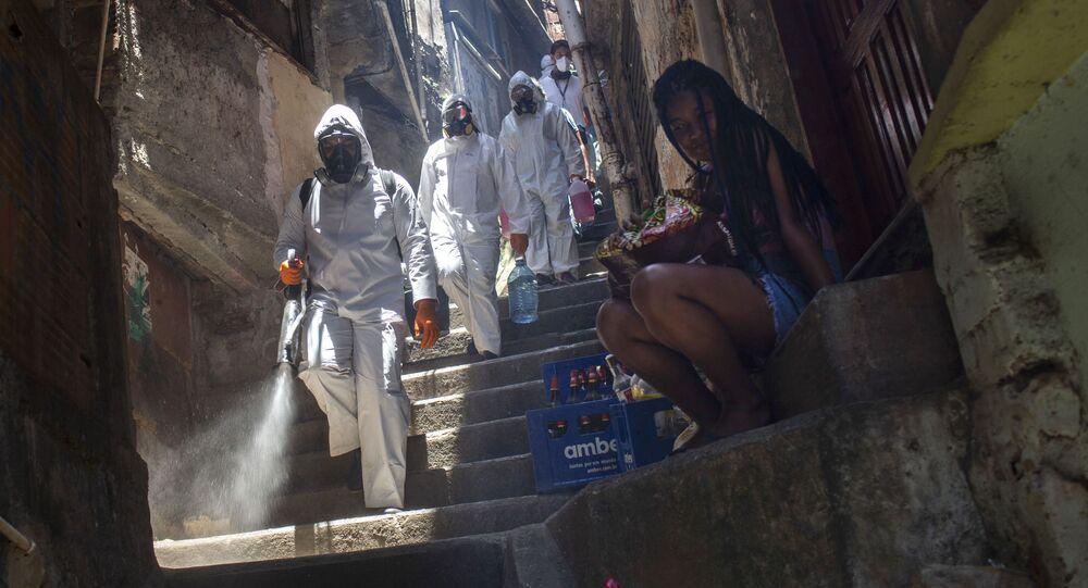 متطوعون يعقمون الأزقة الضيقة للمساعدة السلطات في احتواء تفشي فيروس كورونا، في حي سانتا مارتا الفقير في ريو دي جانيرو، البرازيل، 3 نوفمبر 2020