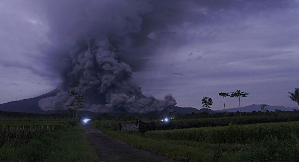 ثوران بركان جبل سيميرو في لوماجانغ، مقاطعة جاوة الشرقية في إندونيسيا 1 ديسمبر 2020