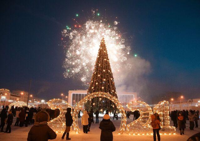 الألعاب النارية الاحتفالية خلال الحفل الرسمي لإضاءة زينة أول شجرة رأس السنة في البلاد في مدينة ياكوتسك، في إطار بدء مهرجان روسيا الشتاء يبدأ في جمهورية ياكوتيا الروسية، 1 ديسمبر 2020