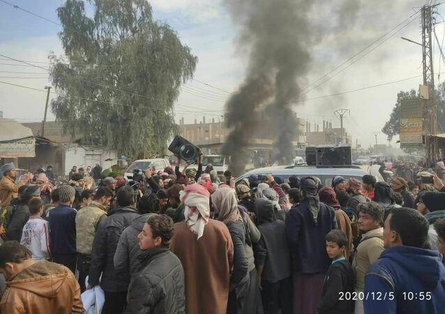 قبائل شرقي سوريا تتظاهر ضد سرقة النفط وبيعه لهم بأسعار عالية