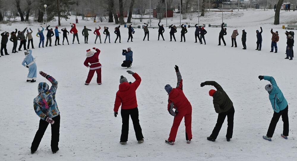 أهالي منطقة أومسك يمارسون تمارين  رياضية بالقرب من نهر إيرتيش في يوم افتتاح موسم السباحة الشتوية في أومسك، روسيا 6 ديسمبر 2020