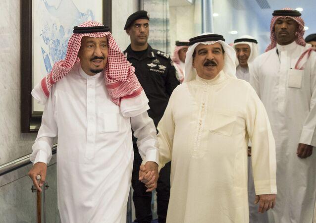 العاهل السعودي الملك سلمان بن عبد العزيز مع العاهل البحريني الملك حمد بن عيسى آل خليفة