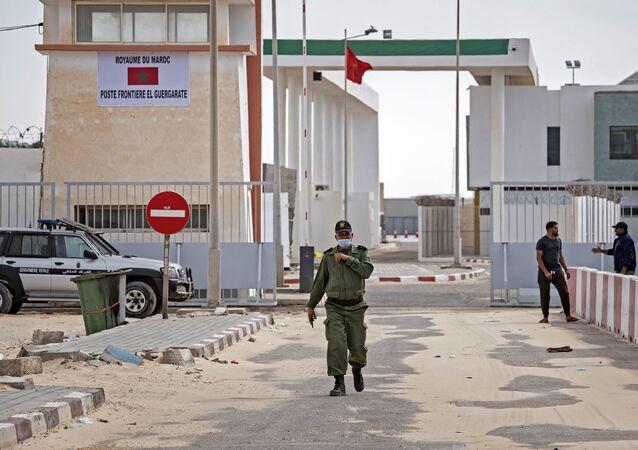 صورة لضابط من الجيش المغربي يمشي بالقرب من الحدود مع الكركرات في 26 نوفمبر/ تشرين الثاني 2020