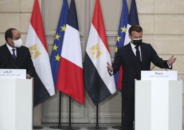 الرئيس الفرنسي إيمانويل ماكرون في مؤتمر صحفي مع الرئيس المصري عبد الفتاح السيسي في باريس