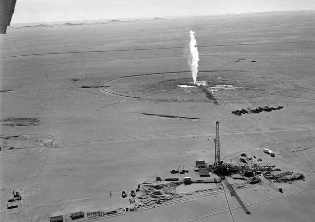 صورة لحريق  في بئر الغاز الصحراوي بغاسي الطويل شرقي الجزائر في 2 إبريل / نيسان 1962