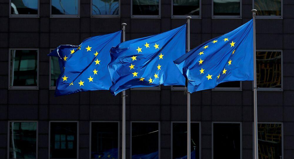 علم الإتحاد الاوروبي من امام المبنى ببلجيكا،بروكسل في 21 أغسطس/ آب 2020
