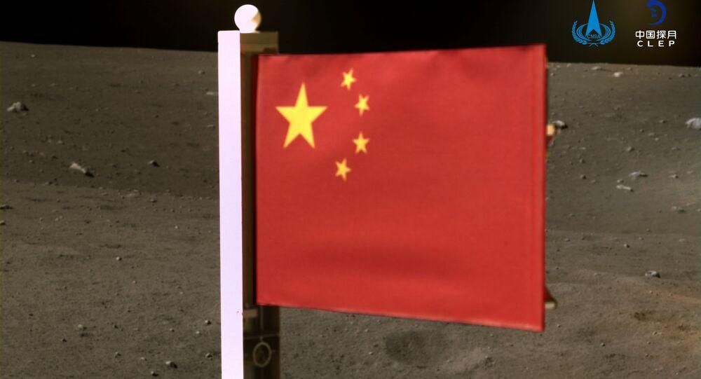 علم الصين الذي أوصله مسبار فضائي تشانغ آه-5 لجمع عينات من القمر وإعادتها، الصين 4 ديسمبر 2020