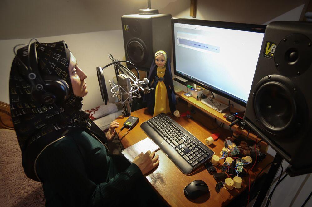 دمية مسلمة في ورشة مريم شاريبوفا في  ماخاتشكالا (محج قلعة)، روسيا 5 ديسمبر 2020