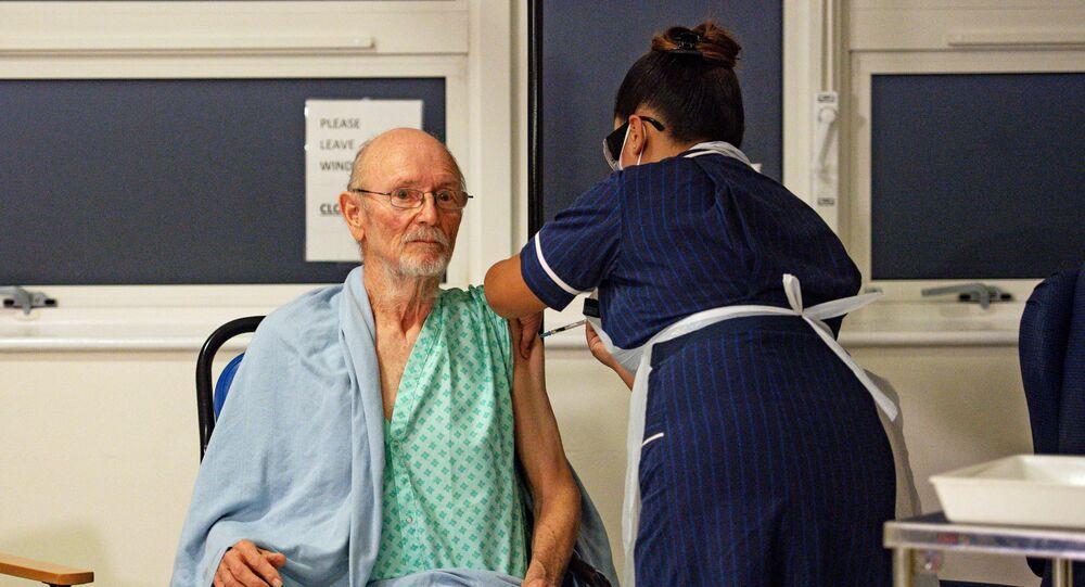 وليام شكسبير، وهو من سكان ووريكشير في إنجلترا، من أوائل من يتلقون التطعيم الواقي من مرض كوفيد-19