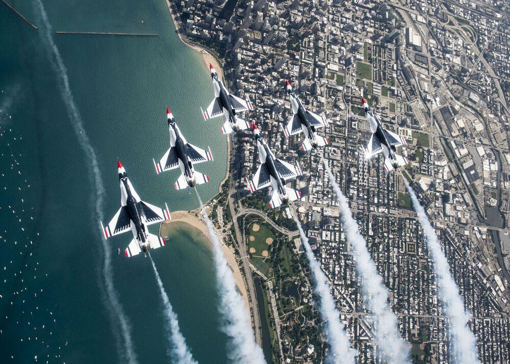 فريق الاستعراض الجوي طيور الصاعقة التابع للقوات الجوية الأمريكية يحث فوق تشيكاغو الأمريكية