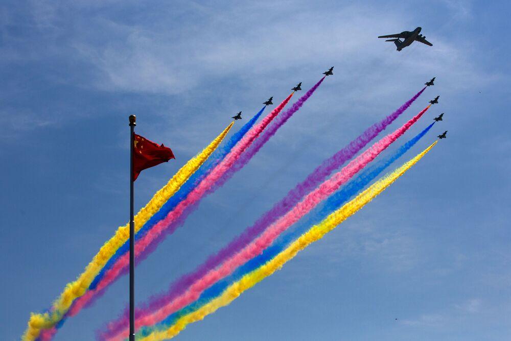 طائرة نظام الإنذار المبكر والتحكم الصينية كيه جي-2000 تقود مقاتلة متعددة المهام نفاثة من طراز جيه-10 خلال عرض عسكري في بكين