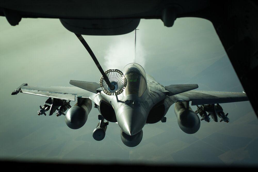 مقاتلة متعدد المهام داسو رافال الفرنسية خلال التزود بالوقود من طائرة كيه سي-10، وهي طائرة خزان لعمليات تموين الوقود جوا، بالقرب من العراق، 2016