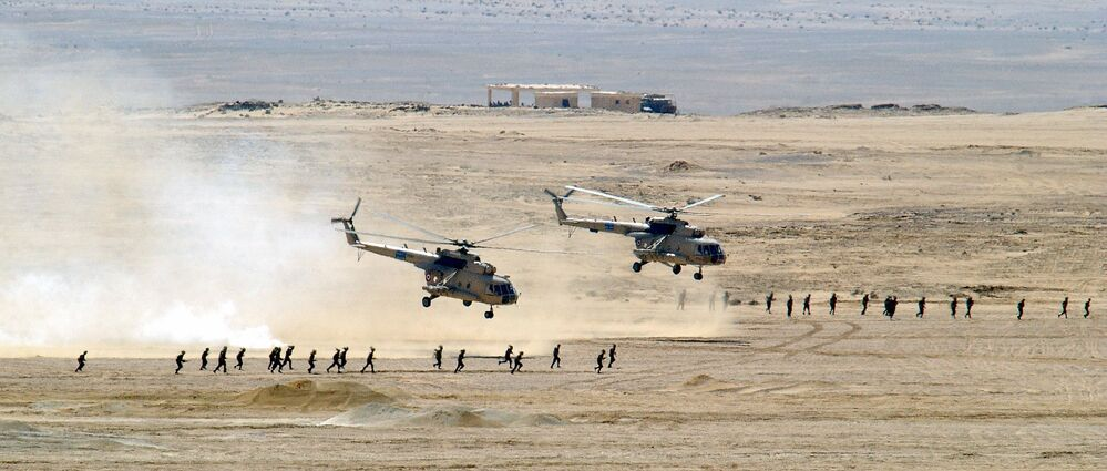 مروحيتا مي-8 الروسيتان التابعتان لقوات السلاح الجوي المصرية، خلال المناورات العسكرية في مدينة مبارك العسكرية في مصر