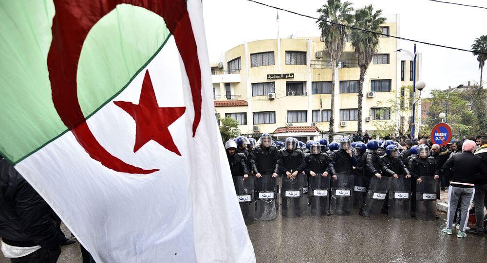 قوات الأمن في مواجهة متظاهرين جزائريين تجمعوا على بعد حوالي 100 كلم شرق العاصمة الجزائر، 8 ديسمبر 2019