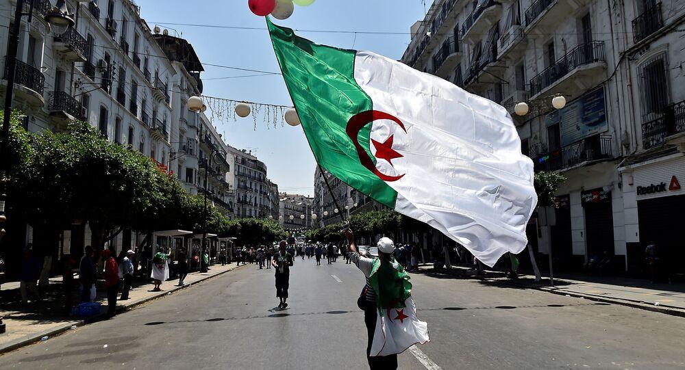 صورة لمتظاهر جزائري في الجزائر العاصمة يوم 26 يوليو 2019 ، في آخر أسابيع من المسيرات ضد الطبقة الحاكمة وسط أزمة سياسية مستمرة في البلاد