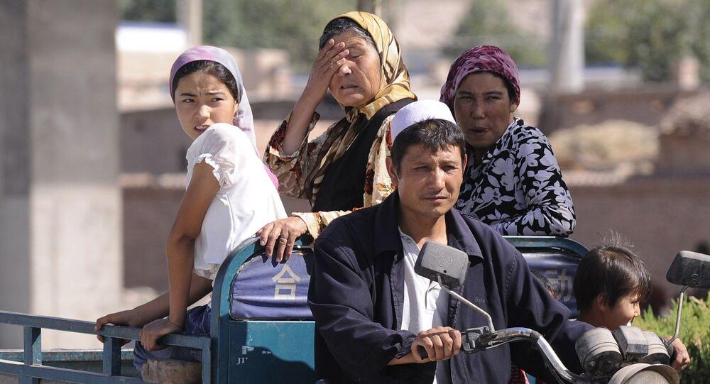 أفراد من أقلية مسلمة في غرب الصين في منطقة شينجيانغ المسلمة بشكل رئيسي في 30 يوليو 2008