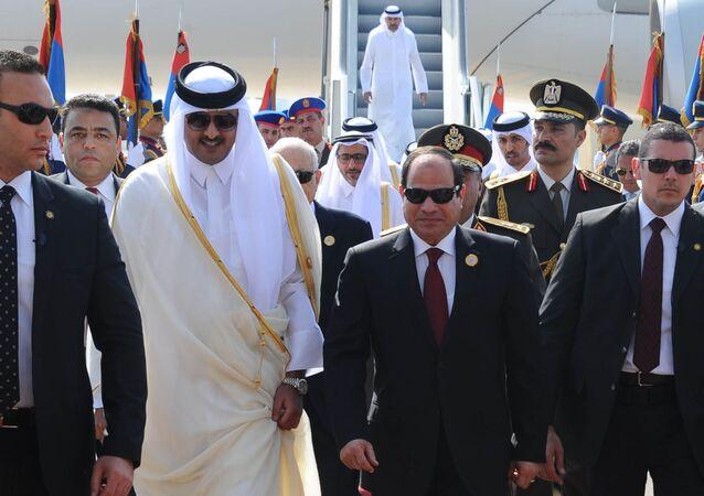 الرئيس المصري عبد الفتاح السيسي يستقبل أمير قطر الشيخ تميم بن حمد آل ثاني في مطار شرم الشيخ