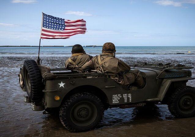 جنود أمريكيون يرتدون زي الحرب العالمية الثانية