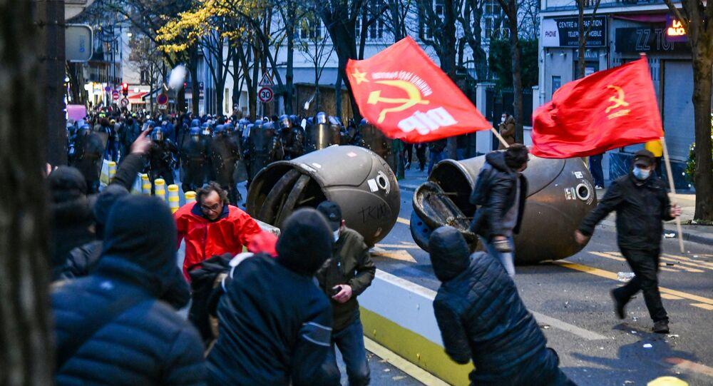 اشتباكات بين ضباط شرطة ومتظاهرين خلال احتجاجات ضد مشروع قانون الأمن العالمي في باريس، فرنسا 6 ديسمبر 2020