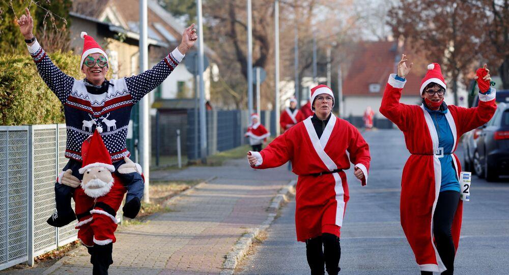 أشخاص يرتدون زي بابا نويل يتسابقون في شوارع ميشيندورف، بالقرب من برلين، خلال مهرجان نيكولاس لوف (سباق سانت نيكولاس)، وسط تفشي مرض فيروس كورونا (كوفيد-19)، ألمانيا، 6 ديسمبر 2020.