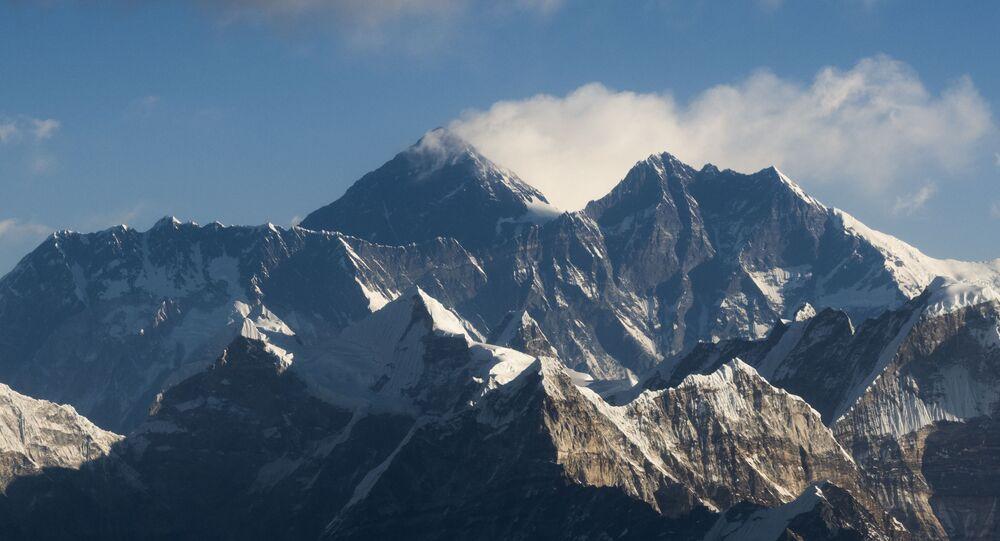 جبل إيفرست وسلسلة جبال الهيمالايا ، على بعد حوالي 140 كيلومترًا (87 ميلا) شمال شرق كاتماندو