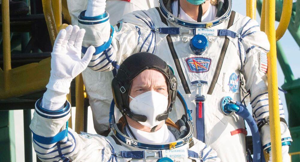أعضاء الطاقم الرئيسي للبعثة 64 إلى محطة الفضاء الدولية (ISS) ، ورائد الفضاء روسكوزموس سيرجي ريجيكوف ، ورائدة الفضاء ناسا كاثلين روبينز ، ورائد الفضاء روسكوزموس سيرجي كود-سفيرشكوف (من أسفل إلى أعلى) قبل إطلاق الصاروخ الحامل Soyuz-2.1a مع مركبة نقل فضائية مأهولة Soyuz MS-17 من منصة الإطلاق رقم 31 من قاعدة بايكونور الفضائية. الصورة عبارة عن نشرة مقدمة من طرف ثالث. استخدام التحريري فقط. لا أرشفة ، استخدام تجاري ، حملة إعلانية.