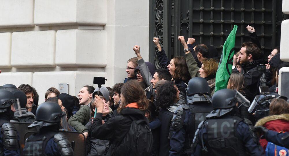 مظاهرة أمام مقر شركة إدارة الأصول بلاك روك في باريس