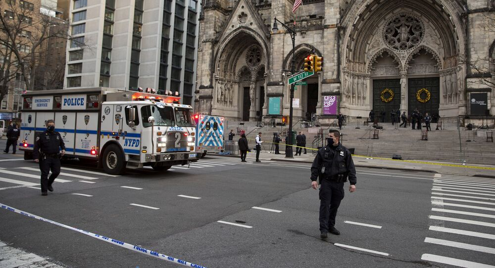 مسلح يطلق النار على حفل غنائي أقيم في الهواء الطلق على درج كاتدرائية سانت جون بحي مانهاتن من مدينة نيويورك الأمريكية، 13 ديسمبر 2020